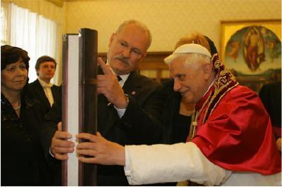 Gašparovič listom pozval pápeža Františka na Slovensko